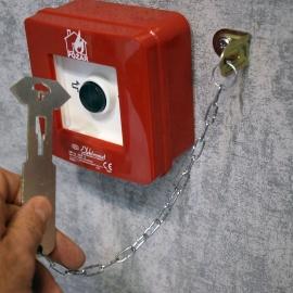 Zbijak - młoteczek do szybki kasetki szafki z łańcuszkiem i uchwytem kątownikiem